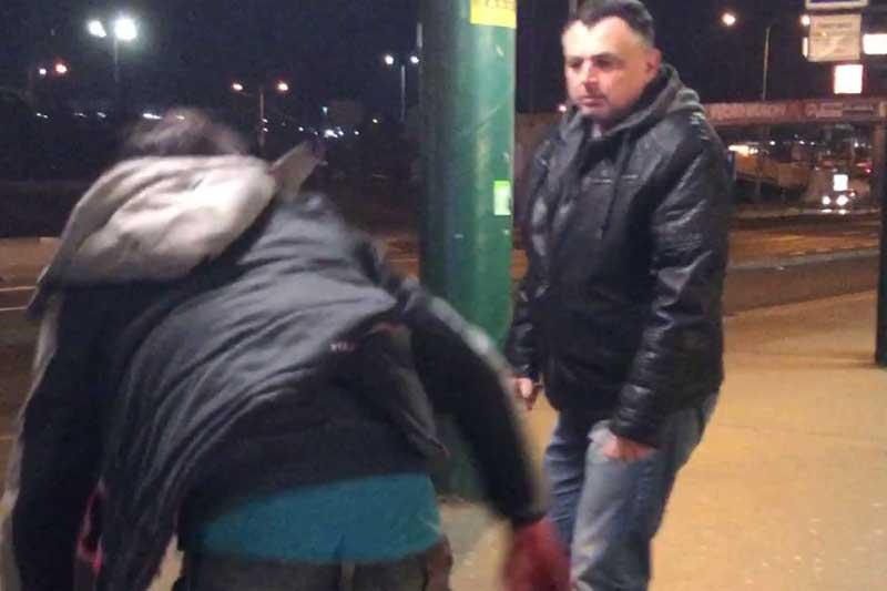 Kriminalisté hledají svědka, který se zastal napadené ženy a chránil ji